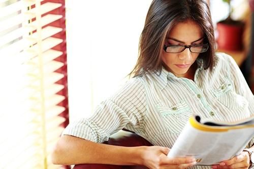 mulher lendo um jornal corporativos